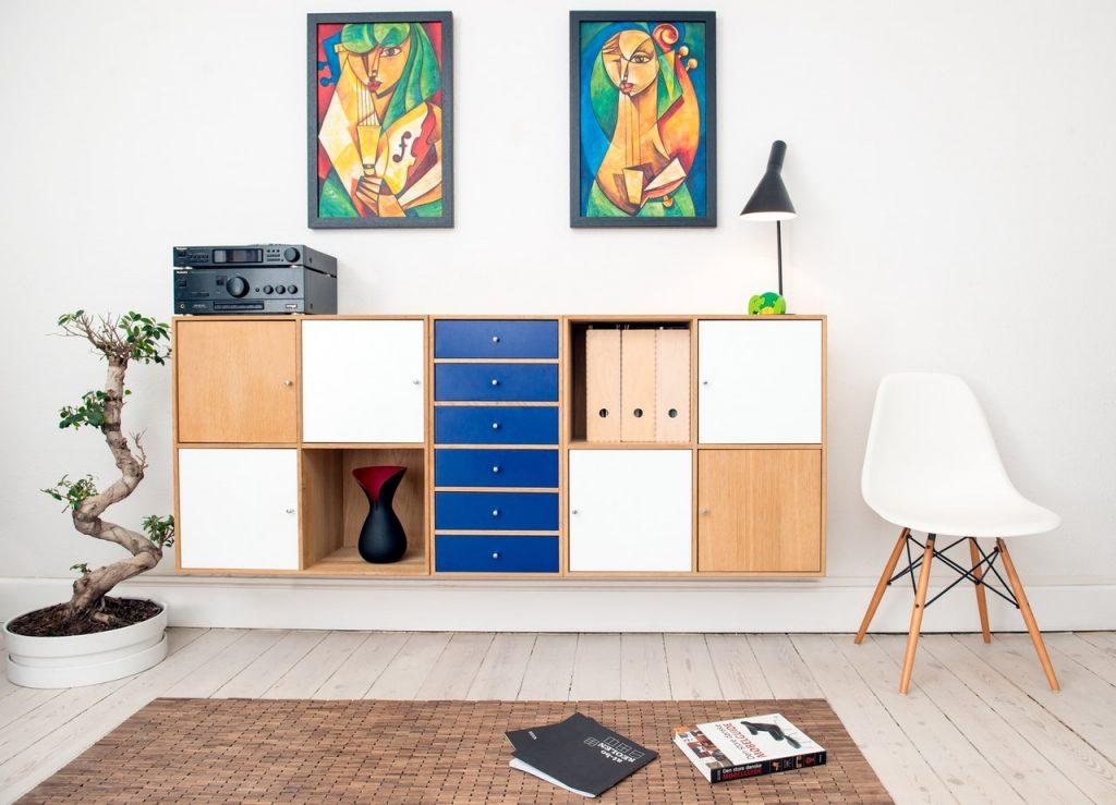 retro skrinka a retro lampa v obývacej izbe