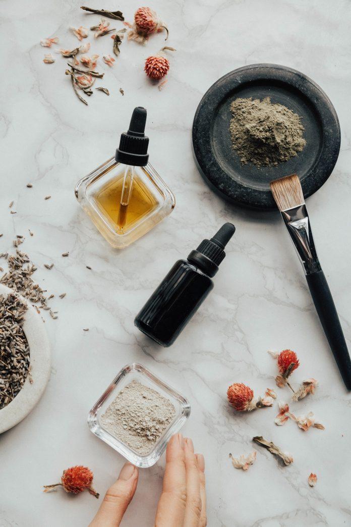 vonný olej a bylinky na prípravu aviváže bez chémie