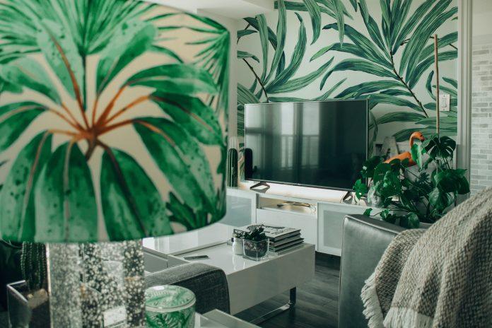 luxusná tapeta a tienidlo s kvetinovým vzorom v obývacej miestnosti