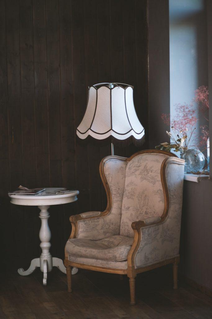 retro lampa a kreslo so stolíkom