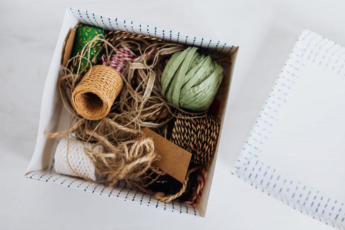kartónová krabica s farebnými špagátmi