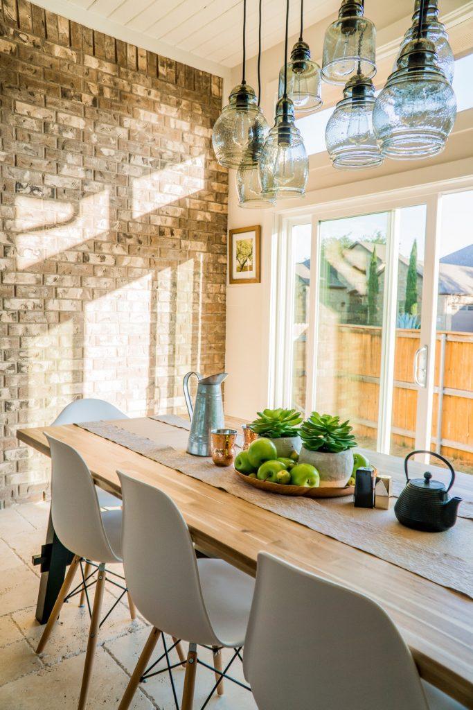 moderné sedenie a stôl v kuchyni s vhodne zvoleným lustrom