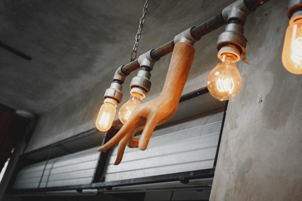 lampa v industriálnom štýle v kovovom prevedení