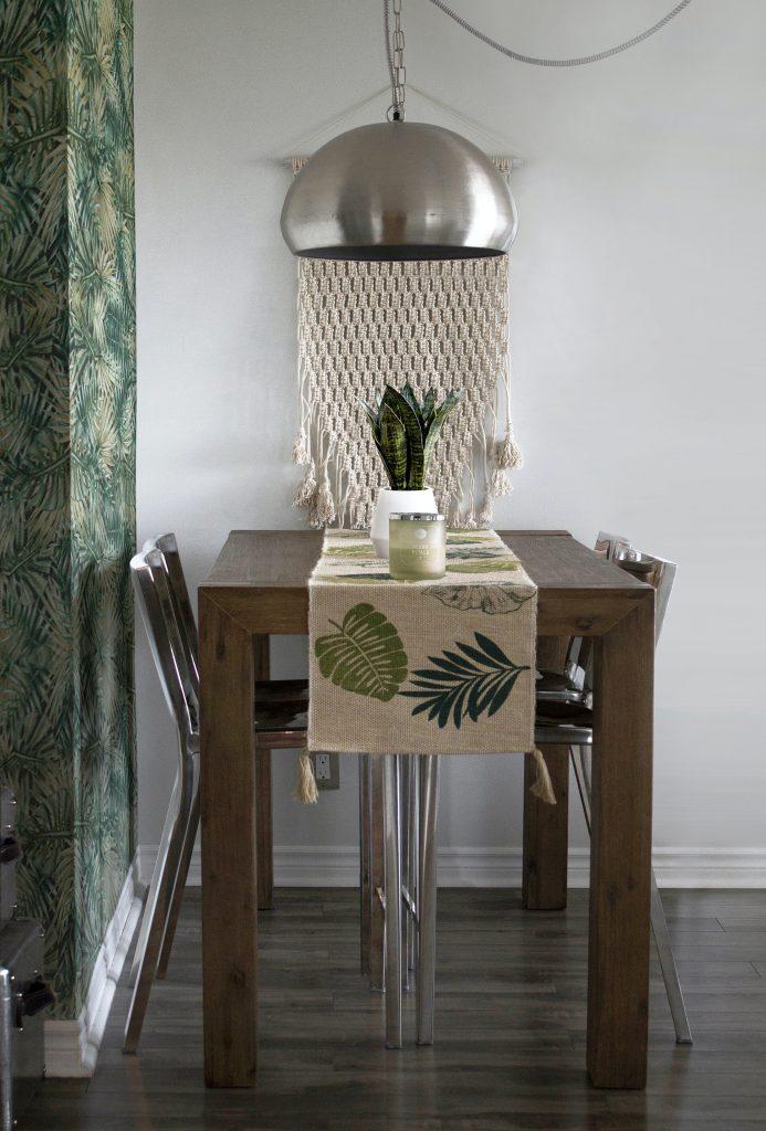 drevený jedálenský stôl s macramé doplnkami