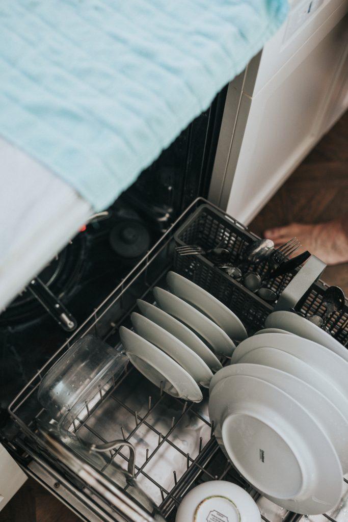 špinavý riad poukladaný v čistej umývačke riadu