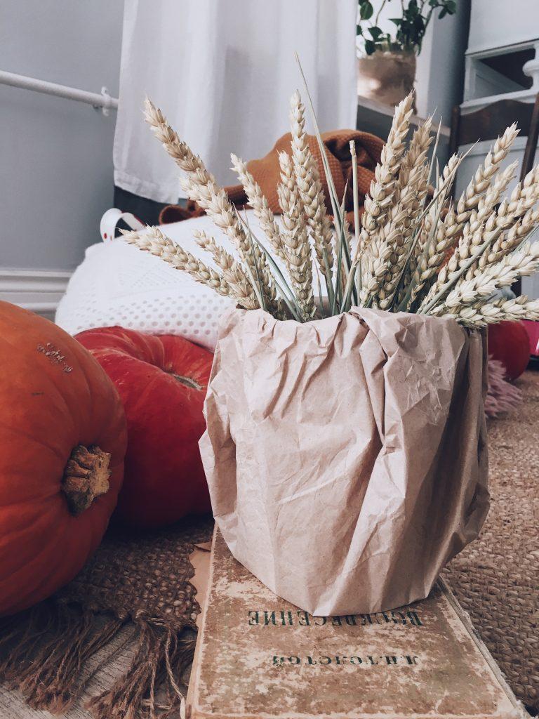 jesenná výzdoba naaranžované tekvice spolu s kyticou obilia