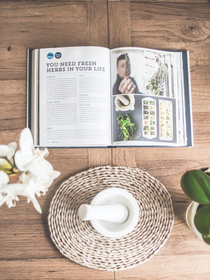 časopis s článkom o pestovaní čerstvých byliniek s krásnym handmade podnosom a bielym mažiarom