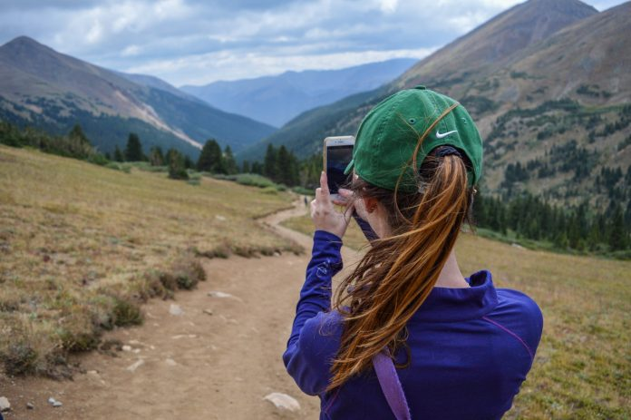 krásna turistka robí fotku slovenskej prírody z rozhľadne