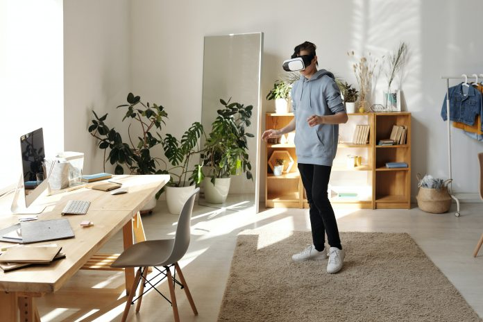 mladý chlapec s 3D okuliarmi prezerajúri si virtuálnu prehliadku národného múzea vo svojej izbe