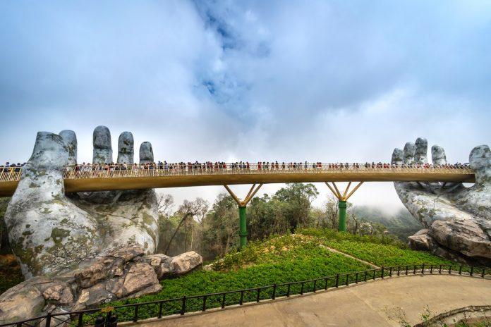Vietnam Golden Bridge s turistami počas krásneho letného dňa