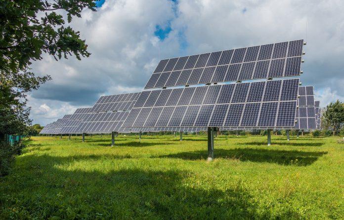 solárne panely na lúke vyrábajú energiu pre domácnosti