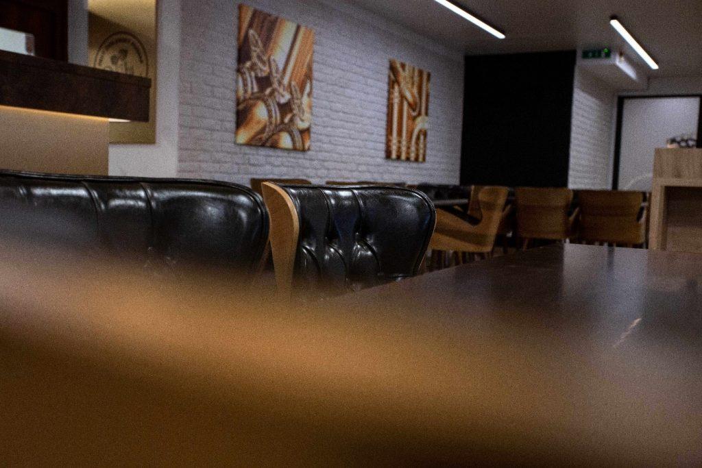 kožené sedačky a príjemná atmosféra v prvom zvolenskom pivoare