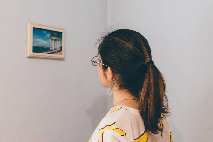 krásna mladá žena v galérii prezerajúca si výtvarné umenie