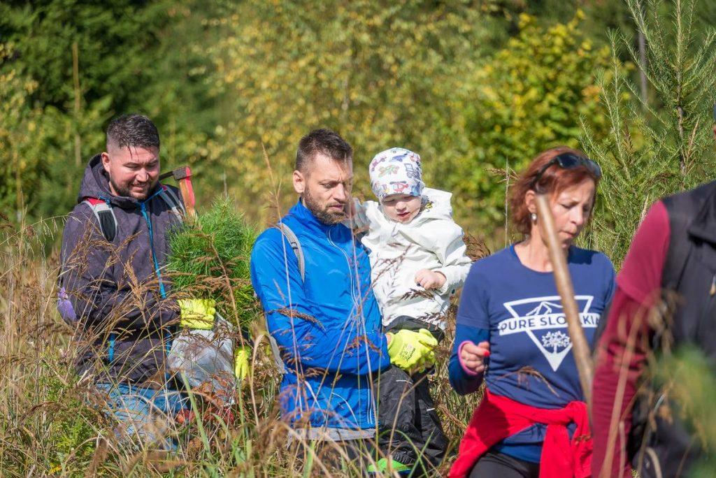 rodinka podporujúca OZ Pure Slovakia so sadením stromčekov