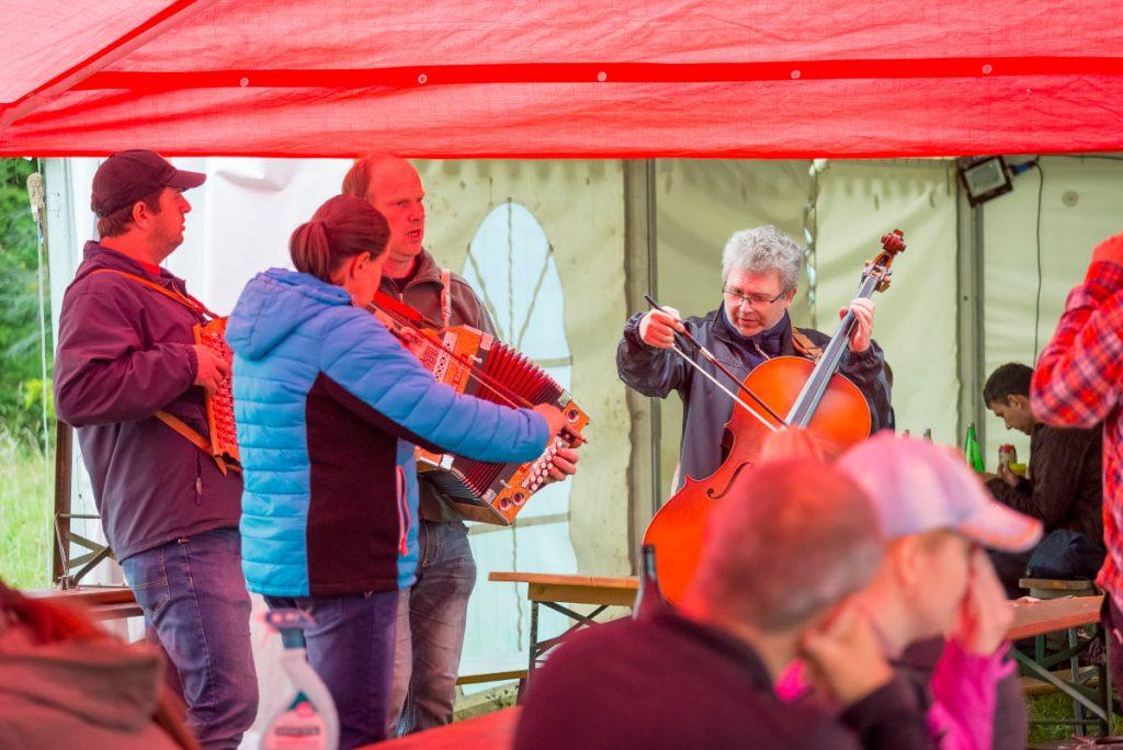 hudobná skupina ponúkajúca svoje predstavenie počas akcie sadenia stromčekov OZ Pure Slovakia