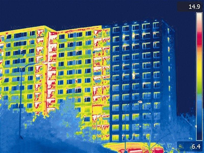 Termovízna snímka výškovej bytovky pre porovnanie a zistenie tepelných mostov