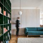 obývacia miestnosť so zelenou sedacou súpravou v zrekonštruovanom byte od architekta Alana Prokopa