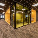 presklená chill out zóna žltej farby v pretransformovanom priestore firmy