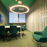 zelená kancelária so závesmi v bledých odtieňoch a výrazným osvetlením