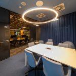 výrazné osvetlenie interiéru vo firme s pohodlnou zasadacou miestnosťou a kanceláriami