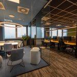 open space priestor pre zamestnancov firmy a pekné kaskádové kvetináče