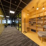 oddychová časť vo firme a knižnica pre zamestnancov