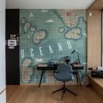 výrazná tapeta na stene v chlapčenskej izbe