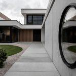 exteriér rodinného domu s betónovými a drevenými prvkami