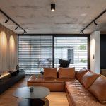 kožený gauč v hnedom odtieni v dizajnovej obývačke
