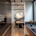 kuchyňa spojená s jedálňou a výrazný obraz zavesený nad jedálenským stolom