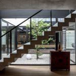 surový vzhľad betónových schodov v modernom rodinnom dome