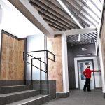 vstupná časť moderného interiéru stanice na Skalnom plese s geometrickými tvarmi a konceptuálnym osvetlením