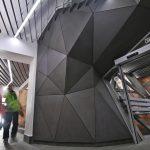 moderný interiér stanice na Skalnom plese s gemoetrickými tvarmi a konceptuálnym osvetlením