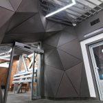 moderný interiér stanice na Skalnom plese s geometrickými tvarmi a konceptuálnym osvetlením