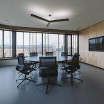Kancelárske priestory a zasadacia miestnosť s moderným mobilitárom a osvetlením
