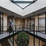druhé poschodie administratívnej budovy s pohľadom na chodbu a jednotlivé kancelárie