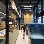 industriálny interiér pobočky SLSP banky s typizovaným nábytkom