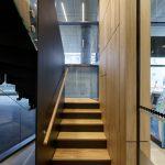 konštrukcia schodiska s dreveným zábradlím a plechovou stenou
