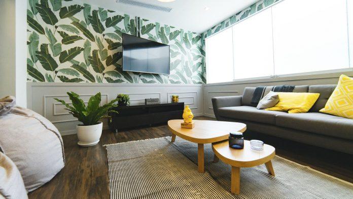 moderný interiér obývacej miestnosti s tapetou na stene a výraznou farebnou kombináciou