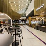barové posedenie vo food courte a výrazným stropným osvetlením