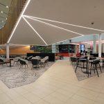 miesta na sedenie v zrekonštruovanej časti food courtu v obchodnom centre