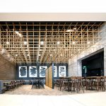 drevený stropný model v pasáži food courtu