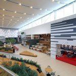 pohľad na interiér food courtu z príjemných prírodných materiálov