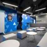 zasadacia časť interiéru s inovatívnymi prvkami a mobilitárom vo firemných odtieňoch