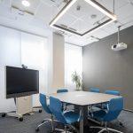 zasadacia miestnosť s krásnymi modrými kreslami a rokovacím stolom