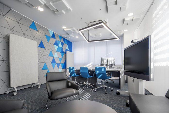 kancelária s koženými kreslami a modernou technikou