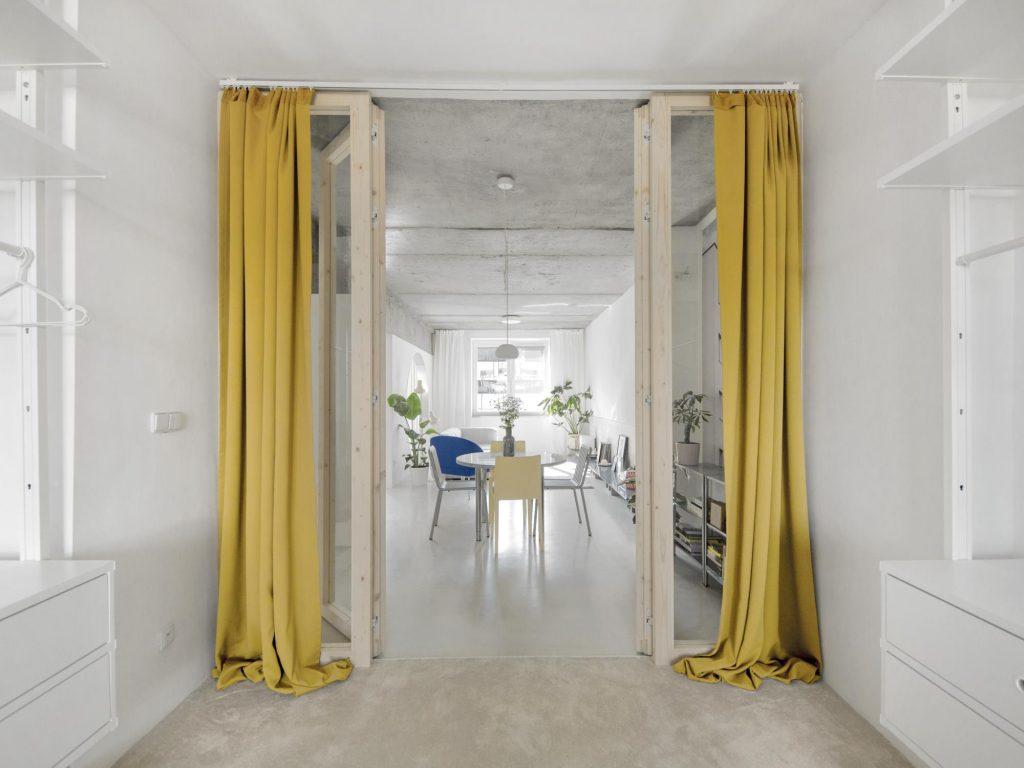 výrazné žlté závesy v interiéri