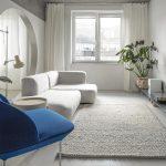 pohodlný a krásny interiér bielej farby s modrým kreslom