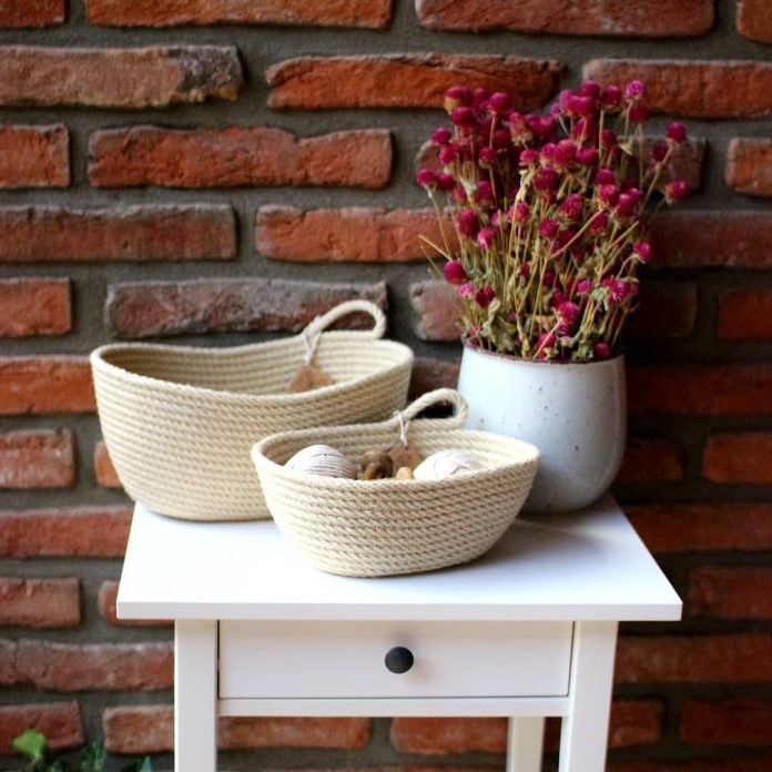 dva ručne šité biele košíky tvoriace jesennú dekoráciu spolu s vázou so sušenými kvetmi