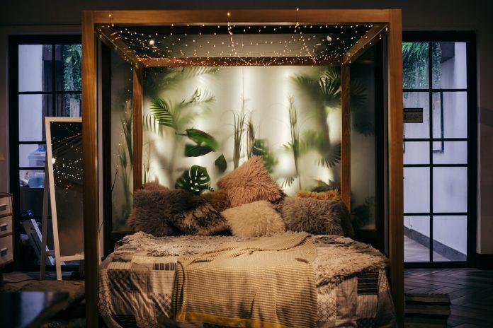 spálňa a manželská posteľ s krásnymi interiérovými doplnkami v jesenných farbách